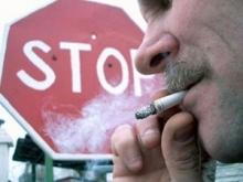 Горожане спокойно «дымят» у вокзала, на бульварах, в парках, в подъездах.