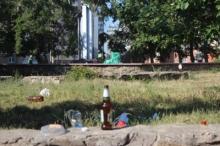 Памятник воинам-интернационалистам захламляет гуляющая молодежь