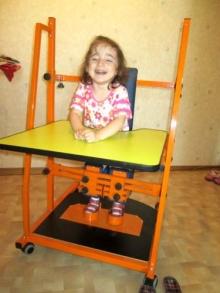 Маленькая Камилла делает первые шаги