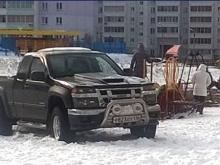 С выпавшим снегом на детские площадки полезли владельцы автомобилей