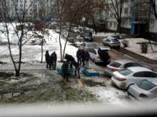 Автолюбители 56 комплекса убирают клумбы с газона, чтобы парковать свои автомобили