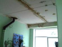 Крыша детсада «Березка», отремонтированная на 700 тысяч рублей, все равно протекла