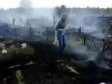 Сотрудники городского кладбища объясняют, где именно пострадали в пожаре 12 могил