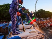 Гоночный грузовик 'КАМАЗ' моют шампанским. 13 мгновений ралли 'Дакар-2017' (фото)