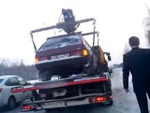 В Челнах сотрудники ГИБДД эвакуировали автомобиль, к которому уже подошел водитель (видео)
