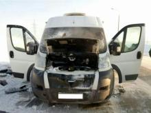 На трассе во время движения загорелся микроавтобус, следовавший по маршруту 'Казань-Чебоксары'