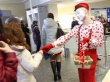 6 марта женщин в дирекции 'КАМАЗа' встречали мимы, которые раздавали шоколадки (видео)
