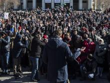 Навального забросали яйцами в Новосибирске перед началом митинга протеста о тарифах ЖКХ