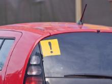 Водителям со стажем менее 2 лет придется в некоторых случаях вешать на машину спецзнаки