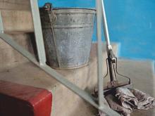 Старший по дому 41/17 «пошел на принцип» и сам мыл в нем подъезды