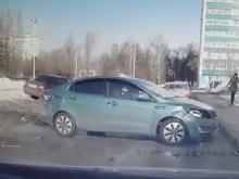 В Набережных Челнах лихач на иномарке протаранил три машины и скрылся с места ДТП (видео)
