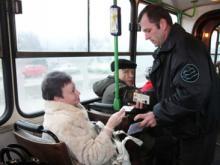 Автобусные контролеры ловят «зайцев» и штрафуют на 300 рублей. Зачем им сотрудники полиции?