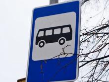 Родители с детьми стояли вечером на остановке больше часа, ожидая автобус