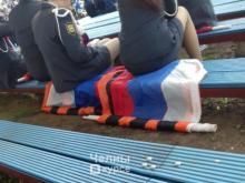 Челнинцы обсуждают - можно ли сидеть на государственном флаге России?