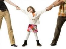 Отец-полицейский угрожает отобрать ребенка