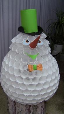 Снеговик из одноразовых стаканчиков